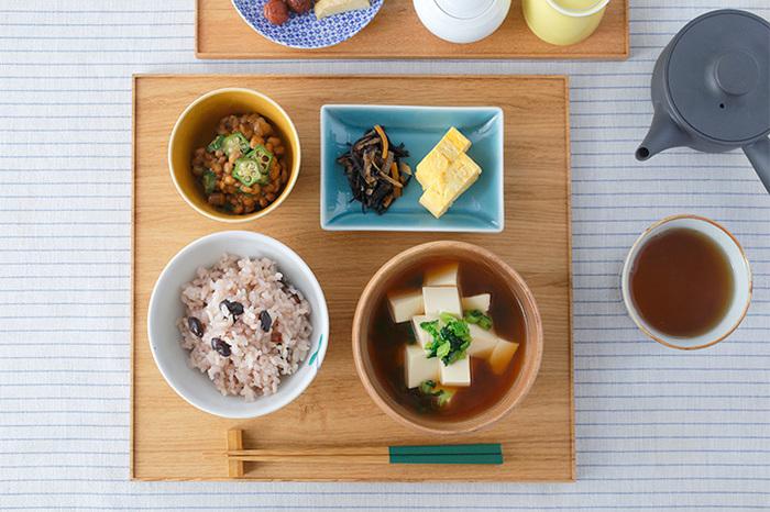 昔はちゃぶ台、今はダイニングテーブルというように、大きな卓に家族がみんなで集うのが日本の伝統…というイメージがありますが、それ以前の時代では「膳」と呼ばれる個人個人の台で食事を取るのが一般的だったそうです。「折敷」と呼ばれる薄型トレーなどもそれに当たります。