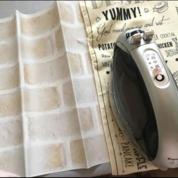 """リメイクシートは、折り皺がない方が貼りやすくなり、仕上がりもきれいです。  あて布の上からアイロンの""""弱""""で掛けていきましょう。 折り皺の方向に沿って動かすのがポイントなのだそう。"""