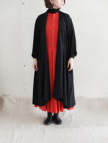 カラーを使うなら断然赤×黒がおすすめ。華やかでかつ女性らしさを強調することができる赤を、シックな黒がしっかりとまとめ上げてくれます。