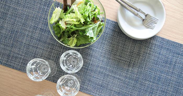 一人と一人にマットをセットしにくい場合や、テーブル全体で雰囲気を変えたい時はこんな風にテーブルランナーを使う方法もあります。