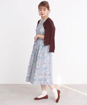 パステルカラーワンピに上品なブラウンのカーデとバレエシューズを合わせれば、より高級感のある装いに。ワンピース1枚では寒い時期にもおすすめです。