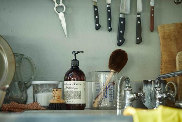 """こまめな掃除が心地良い暮らしに繋がる…。キッチンは、口にするものを作る場所だから、常に清潔を心がけたいものです。 お気に入りの服や靴を身に着けると、なんだかウキウキ&ワクワクするみたいに、お気に入りの""""お掃除、便利アイテム""""なら、面倒に感じるお掃除も、きっと楽しい時間に…。みなさんも、、こまめなお掃除を心掛けて、気持ちいキッチンライフをお過ごし下さい。"""