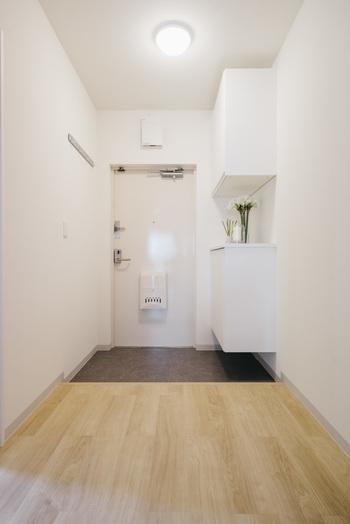 玄関は、狭い空間ながら外出のときには必ず通る場所。 疲れて帰ってきても、心地のいい玄関であれば、ほっと緊張ほぐれて癒やされます。  だからこそ、好みでないインテリアや汚れや傷みがあると気になる場所でもあります。  セルフリノベーションは大変だと思われるかもしれませんが、お部屋に比べて小さなスペースなので、初めてでも大丈夫。