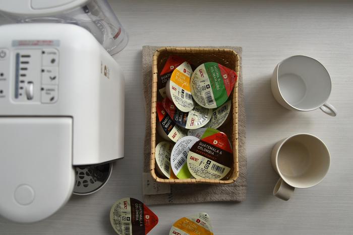 コーヒーカプセルは産地や味覚・特長にこだわった10種類。さらに紅茶・緑茶もラインナップがあり、豊富な種類から食事に合う組み合わせを楽しむことができます。実際に使っているMIさんは、「カプセルの出し入れが楽。コロンとした形はカゴに入れておいても可愛く、生活感を感じさせません。カプセルを入れるホルダーが簡単に取り外せるので、お手入れも簡単。コーヒー以外にも紅茶や緑茶があるので、子供も含めて家族みんなで本格的な飲み物を楽しんでいます。」とカプセルの魅力を語っています。