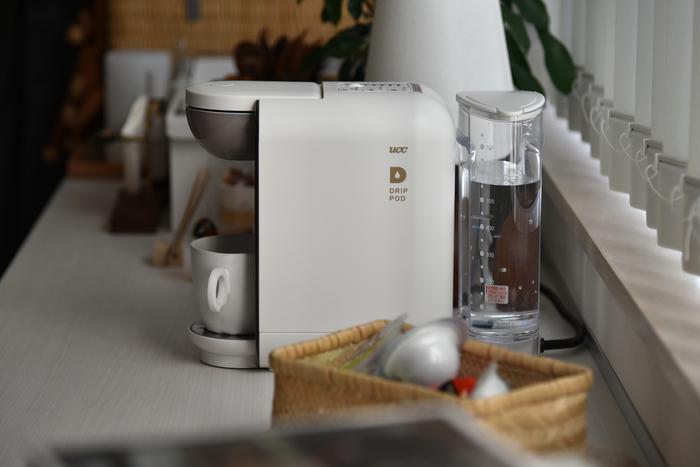 そして注目すべきがその大きさ。正面の横幅は13cmとキッチンの棚やダイニングテーブルに置いても場所をとりすぎないので、使う度に出さなくてもよさそう。「コンパクトなサイズ感で圧迫感もないのが嬉しいです。空間の馴染みも良くおしゃれな雑貨を飾っているような気分。」と、『DRIP POD』のころんとした形状がMIさんのお宅のおしゃれなキッチンにもマッチする様子。