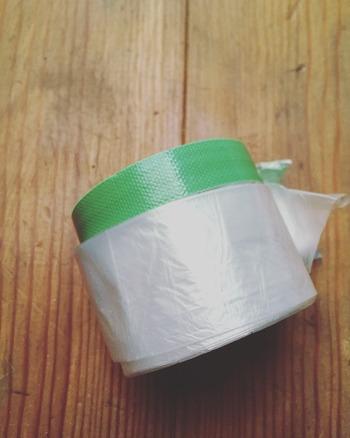 漆喰でもペイントでも、周囲を汚さないようしっかり養生しておく必要があるのですが、テープとビニールが一体化した養生テープが使いやすいのだそう。