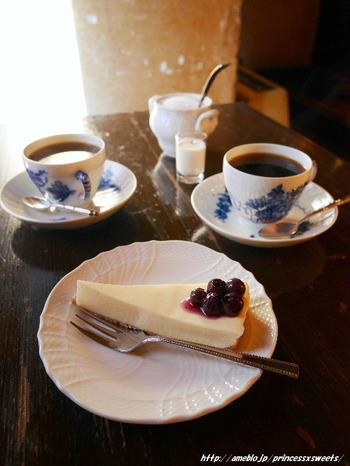 ブレンドコーヒーには、苦味の強いニレブレンドと、酸味の強いカゼブレンドがあるので、好きな味を選んで。お店のおすすめであるチーズケーキと一緒に食べると幸福感に包まれます。
