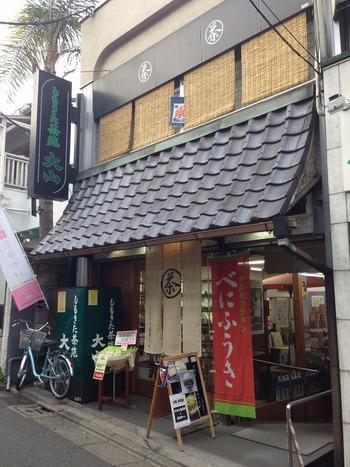 下北沢駅から徒歩2分という好立地にお店を構える「しもきた茶苑大山」。お茶にまつわるか数々の賞を受賞する実績を持つこちらのお店、外観からも老舗感が漂っていますね。喫茶室は2階にあります。