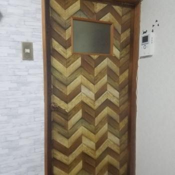 玄関から見えるドアもお揃いのシートを貼ると、統一感が出て素敵です。  ドアも簡単に張り替えられるので、ぜひチャレンジしてみて。