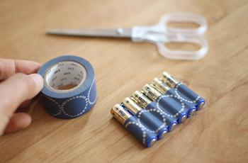 乾電池は一度封を開けるとバラバラになり、収納に困ってしまうアイテムの1つですよね。でも、マスキングテープでまとめるとスッキリ、乾電池を使うときもテープをはがしやすくて楽です。