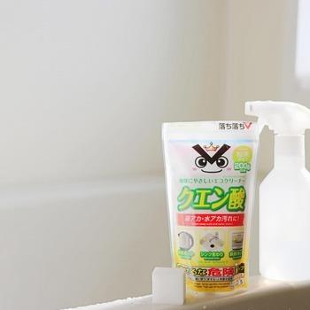 重曹とは反対に、酸性であるクエン酸は、水垢や石鹸カスなどのアルカリ性汚れを中和するのに使えます。 蛇口や鏡のウロコ状水垢、シャワーヘッドの目詰まりにもクエン酸がおすすめ!水に溶かしてスプレーとして使うと便利です。