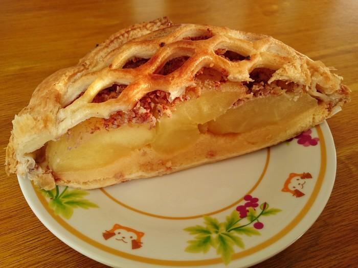 りんごの生産地としても名高い大子町のりんごの農家が作る自家製アップルパイです。贅沢に使ったりんごとさっくりとしたパイ生地に、シナモンやくるみがアクセントに。 数量限定なうえ大人気なので、シーズンはお昼過ぎに売り切れてしまうこともあるそうです。大子町は袋田の滝でも有名ですが、アップルパイを食べるために行くのもおすすめ!