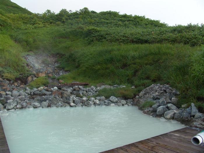 岩がゴロゴロ残った中にあるワイルドな露天風呂です。プクプク湧く泡のお湯とともになんだかパワーがもらえそうな気持ちになりますね。