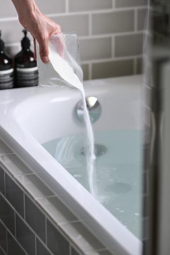 お風呂を出る時に重曹を浴槽にひとつかみ入れておき、着替え終わってスキンケアが終わったぐらいに栓を抜くと、皮脂汚れなどが落ちてキレイになります。またこの時、イスや洗面器なども一緒に重曹につけおきするとキレイがキープできますよ。最後にさっとシャワーをかけて重曹が残らないようにしておくことを忘れずに。