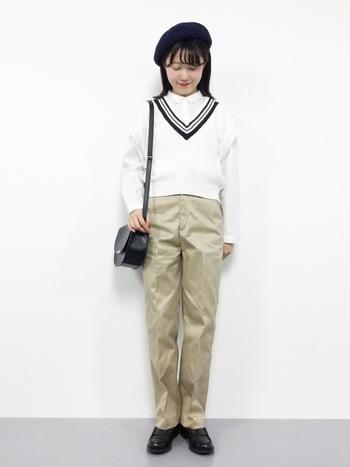 ラインの入ったベストが学生っぽさのあるトラッドスタイルです。革靴やショルダーバッグがトラッド感を後押し◎  あえて白シャツに白のベストを重ねることで、爽やかさがアップ。春~初夏の季節に真似したいファッションですね。