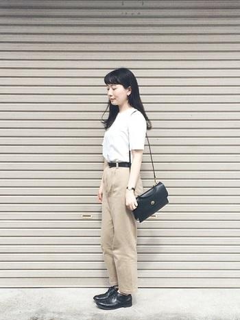 革アイテムをアクセントとして使うことで、白Tシャツの爽やかさが引き立つ、夏のトラッドスタイルに。程よくゆとりのあるボトムも上品に仕上げるポイントです。