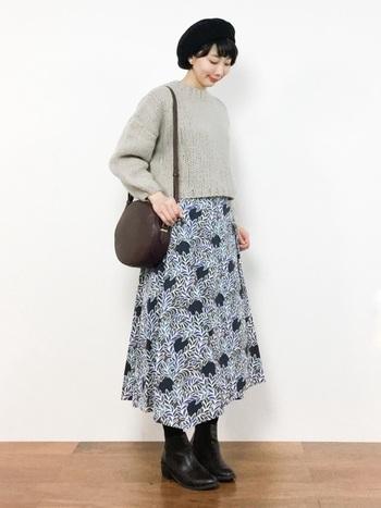 無難になりがちなワンツーコーディネートも、リバティプリントのスカートがあればグッと華やかに。寒さが残る初春はニット&ブーツを合わせて。