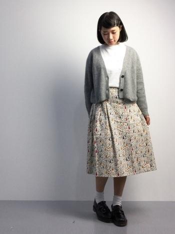 ホワイトのソックス&ローファーで、リバティプリントのスカートをノスタルジックに味つけ。ミモレ丈のスカートにはコンパクトなカーディガンが好バランスです。