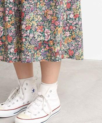 春に着たくなる花柄。中でも王道のリバティプリントは、その上品な色使いと繊細なタッチで、着こなしを華やかかつ上品に仕上げてくれます。  今回は、そんなリバティプリントのアイテムを使った、素敵な大人コーディネートをお届け。後半では、上手な柄の選び方や、装いがおしゃれにまとまるアイテムの合わせ方などもご紹介します!