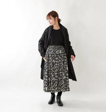 春らしさと落ち着き感を両立した大人のモノトーンスタイル。スカートが軽やかな素材だから、ブラックの分量が多めでも重たい印象にはなりません。