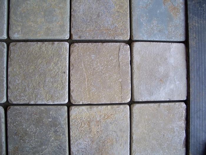 少しハードルは高いですが、天然石のタイルを貼るとやっぱり高級感がありますよね。 土台を整えてからモルタルを敷き、形良くタイルを敷き詰めていきます。 タイルは整形されているものを選ぶと楽です。