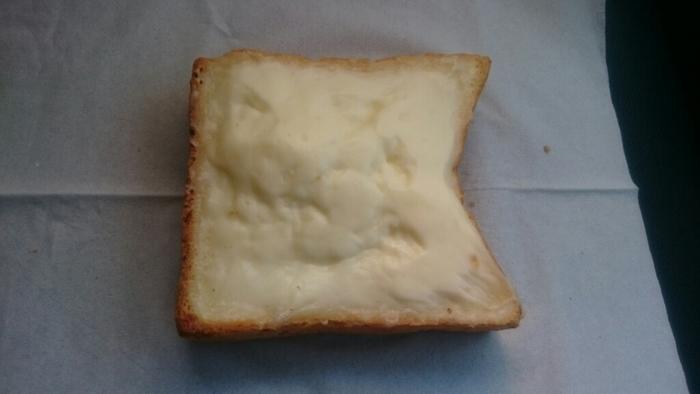 TVで紹介され話題になった「クリームボックス」は、福島県・郡山のご当地パンです。ここの本社が郡山にあることから、宇都宮店でも販売したところ、大人気となったそう。「パンドミ」というやわらかくてもちもちした食パンの上に、濃厚なミルククリームをたっぷりのせていて、やさしい甘さにほっこりします。