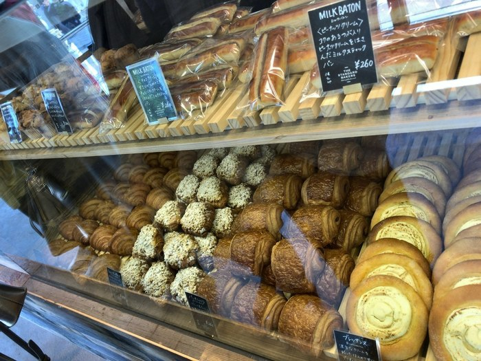 「ル パン ドゥ ジョエル ロブション」のベーカリー部門で実績を積んだシェフが手がけるパンの数々。個性豊かでおいしそうなパンが、ショーケースいっぱいに並んでいます。