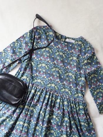 バッグとシューズをブラックにすれば、リバティプリントがクラシカルな雰囲気に。フェミニンさもほどよく抑えらます。