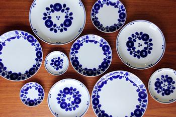 清涼感のある白地に深い藍色が美しいお皿です。描かれる花々はシンプルで、どんなお料理にも似合いそう。