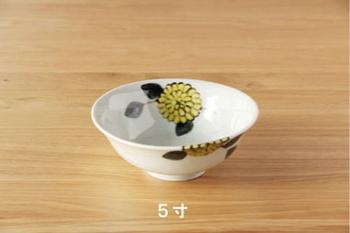 爽やかな絵レモンイエローの菊のお花が描かれた鉢です。内側と外側、両方に描かれているから華やかに見えます。