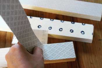 DIYで溜まってしまうものと言ったら、端材もありますよね。  壁紙と端材を合わせると、こんなにかわいい板が完成。