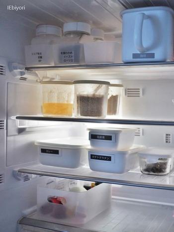 ホーロー容器に作り置きを保存する時は、マグネットにラベルを貼ったものを使うと便利です。よく作るメニューのラベルをいくつか用意して冷蔵庫に貼っておけば、保存する時にさっとラベリングできますね。