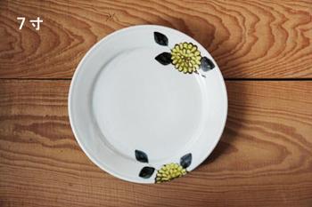 同じモチーフの平皿もあります。セットで使えば、統一感が出て一層華やかになりそう。