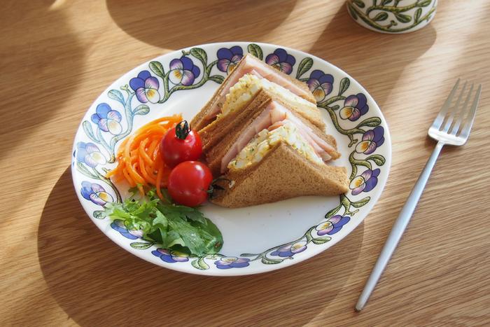 スミレの花がお皿の縁を取り囲んだ春らしいお皿です。一枚あればパッと食卓が明るくなりそう。
