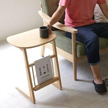 サイドテーブルが低過ぎると、腕を伸ばした時にソファの肘掛けが邪魔になってしまいます。サイドテーブルの高さはもちろん、床から肘掛けまでの高さも測ってバランスを考えるのがおすすめです。