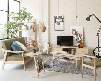 ソファとサイドテーブルの質感が最も合うのは、同じブランドのシリーズで揃えた時。引っ越しなどでインテリアを一新する時におすすめの方法です。