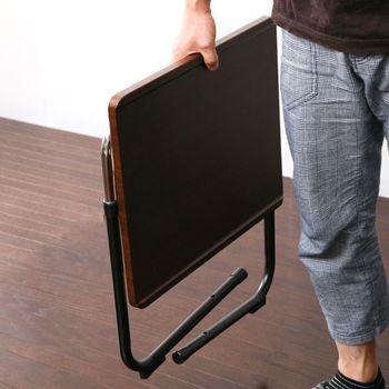 折りたたみ式のサイドテーブルなら、不要な時はコンパクトにできるので場所いらず。来客時だけ使いたいといった場合におすすめです。