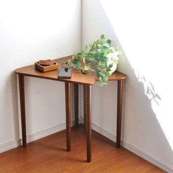 また、三角や四角のテーブルはお部屋の角にフィットするのがメリット。壁際にソファを置きたい時に便利ですね。
