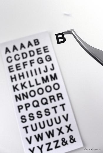 アルファベットシールを使っておしゃれにラベルにする方法も。収納ケースに直接貼ったり、台紙となるシールに貼ったりして収納するものの単語を作っていきましょう。