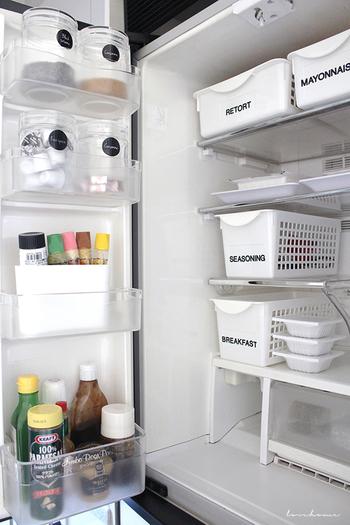冷蔵庫をすっきりと整理させるのに役立つカゴにも、何を入れるかラベル付けしておくと、サッと取り出せて便利。ドア部分の保存容器にもラベルを使用しています。ラべリンクすることで、冷蔵庫のどこに何があるか分かりやすくなりますね。