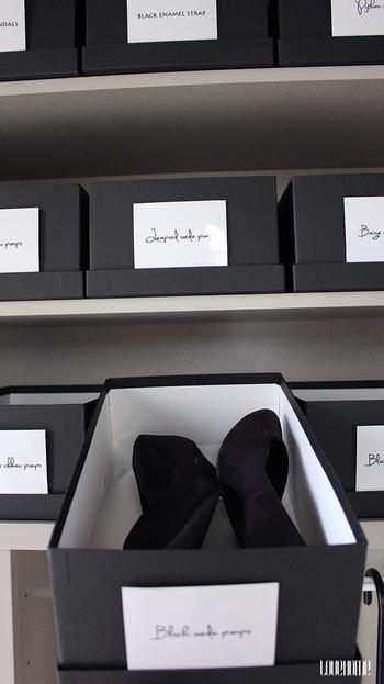 靴の収納にお揃いの箱を使えばすっきりと見せることができますね。箱が全て同じならラベルは必須。おしゃれなフォントの英字で表示して整然と並べればまるで、ショップのディスプレイのよう!