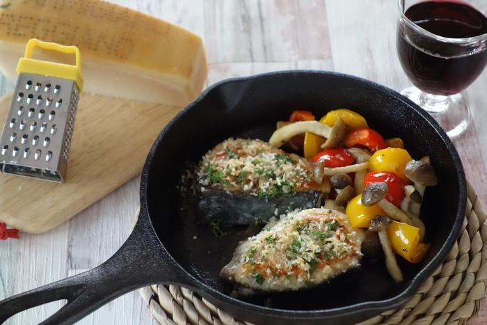 春を感じられるパスタのお供には、魚に春と書く「さわら」にパン粉とパルミジャーノを混ぜてソテーした「さわらのソテー、パルミジャーノ&パン粉焼き」がオススメです。スキレットで調理すればそのままテーブルにも出せちゃいます。お好みの野菜も一緒にソテーして召し上がれ。
