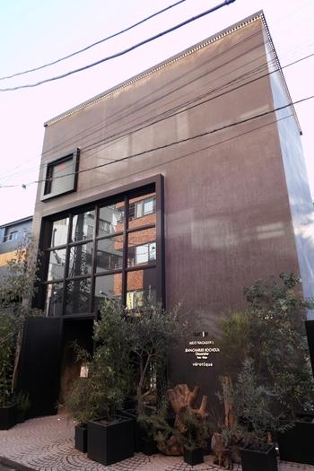 本国では、チョコレートによる塑像で知られるショコラティエ、J-C・ロシューの店は、骨董通りから数分の露地に。
