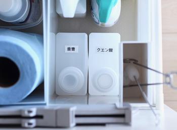 引き出しにしまう掃除用洗剤の詰め替えボトルには、上から見て分かるようにラベリングを。わかりやすくシンプルなラベルだと間違えにくくて◎