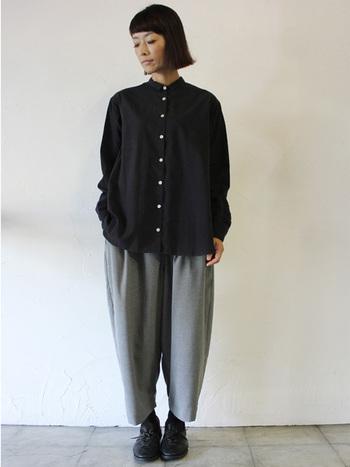スタンダードな黒シャツにボリュームパンツを合わせたスタイルも、アンクル丈やテーパードデザインのものを選ぶことで、バランスよく着こなすことができます。