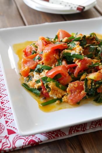 中華の定番チャーハンのお供には、リコピン豊富なトマトと疲労回復効果が期待できるβカロテンが豊富なニラを卵と一緒に炒めた「トマトとニラの花椒炒め」が彩りもよくオススメです。花椒を効かせた独自の味わいが食欲をそそります。