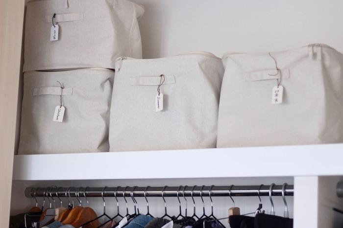 衣類専用の収納ケースは布製のものが多く、シールでラベリングするのが難しいことも。そんな時は、こちらのように持ち手にタグをつけるのがおすすめです。クローゼットの高い場所に収納しても見やすくて◎