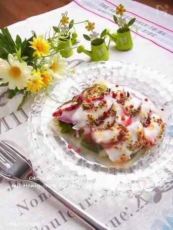 3月が旬のウドと新玉ねぎをたっぷり敷いて頂く「タコとうどのカルパッチョ」。タコのプリッとした食感とウドのサクッとした食感、そして粒マスタードのプチプチが相まってお口の中も楽しいです。彩りも綺麗な春のレシピは旬食材を使ったパエリアやパスタの副菜としてオススメです。