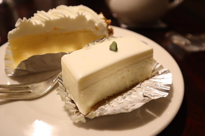 上品なケーキたちは、どれもシンプルながらに素材の味を感じる美味しさ。特にレアチーズケーキは、「しろたえ」へ行ったらぜひ食べてほしい逸品。さっくりとしたビスケット生地に、濃厚でクリーミィなレアチーズがマッチ。親しみやすいリーズナブルな価格も人気の理由です。テイクアウトもOK。