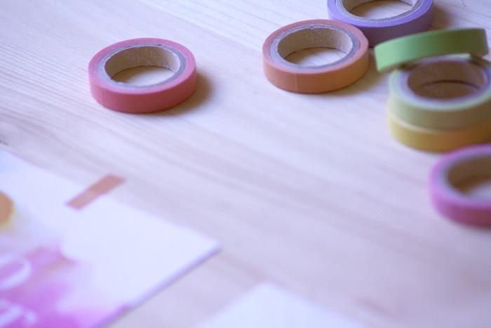 カラフルでキュートな柄で、いろんなものを手軽にデコれちゃう「マスキングテープ」。最近では雑貨屋さんや文房具屋さんだけでなく、100均でもマスキングテープを入手できるようになったので、より身近になりましたね。